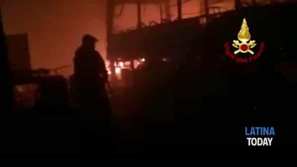Incendio in un capannone a Santi Cosma e Damiano: distrutti bus e auto | IL VIDEO