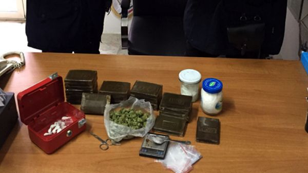 Oltre due chili di droga tra hashish, marijuana e crack in casa: 31enne arrestato