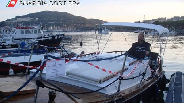 sequestro_barca_guardia_costiera_gaeta_1