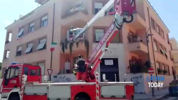 Anziano cade in casa e rimane bloccato: l'intervento dei vigili del fuoco | IL VIDEO