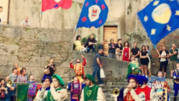 mostra del maestro carlo fantauzzi, storici sbandieratori delle contrade di cori, giacomo verde e notte bianca a giulianello il bing bang del cantart festival artisti di strada-4