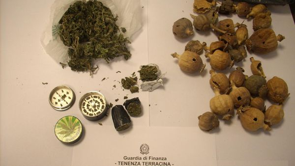 Spaccio, sequestrate marijuana e 42 capsule essiccate di papavero