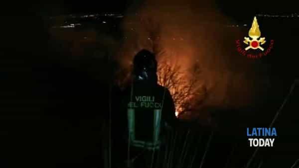 Vasto incendio a Norma, brucia la collina nella notte | IL VIDEO