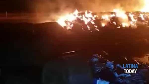 Aprilia, incendio in un fienile: l'intervento dei vigili del fuoco | IL VIDEO