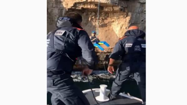 Gaeta, scalatori bloccati sulla parete rocciosa: i soccorsi della Guardia Costiera | IL VIDEO