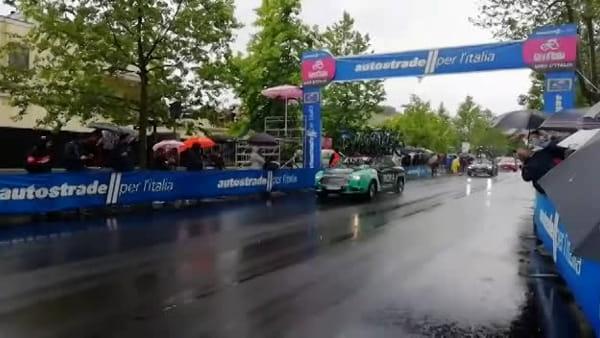 Giro d'Italia, il passaggio dei ciclisti al traguardo di Latina | IL VIDEO