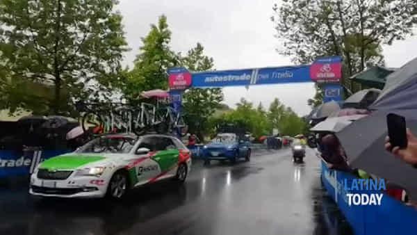 Giro d'Italia: i primi ciclisti tagliano il traguardo volante a Latina | IL VIDEO