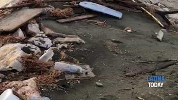Mareggiata lido di Latina: cumuli di rifiuti sulla spiaggia | IL VIDEO