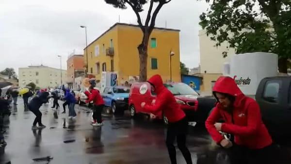 Giro d'Italia, grande festa per il pit stop della Carovana davanti allo stadio | IL VIDEO