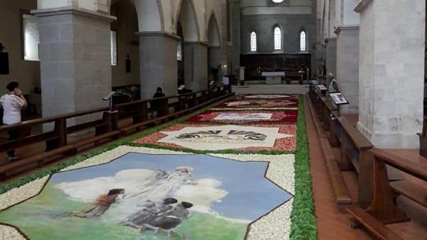 L'Infiorata di Valvisciolo: i quadri fatti di fiori nella bella natava dell'Abbazia